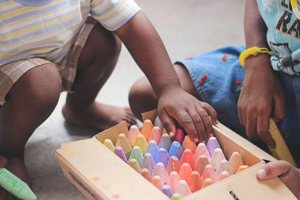 Kidsproof staycation tips voor de thuisblijvers stoepkrijten buitenspelen spelen spelletjes ideeën - Mama's Meisje blog