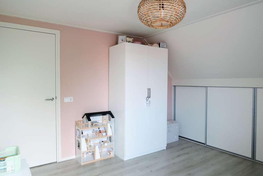 Oudroze zachtroze muurverf verf gamma huismerk kledingkast Ikea poppenhuis Petit Amelie - Mama's Meisje blog