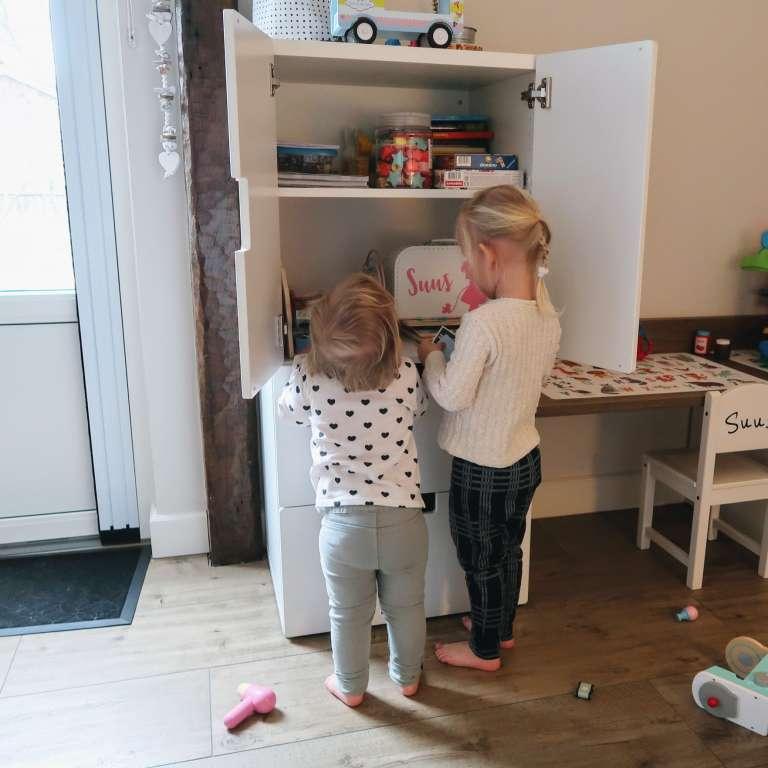 Jullie hebben toch de kast vol speelgoed - Mama's Meisje blog