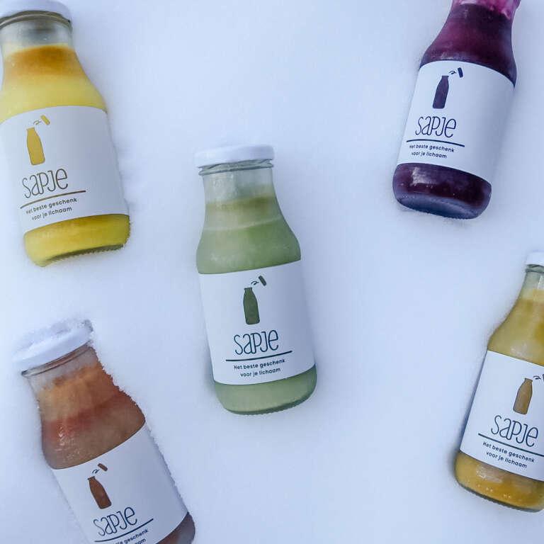 Biologische groentesap drinken om je weerstand te boosten als ondersteuning gezonde levensstijl - Mama's Meisje blog